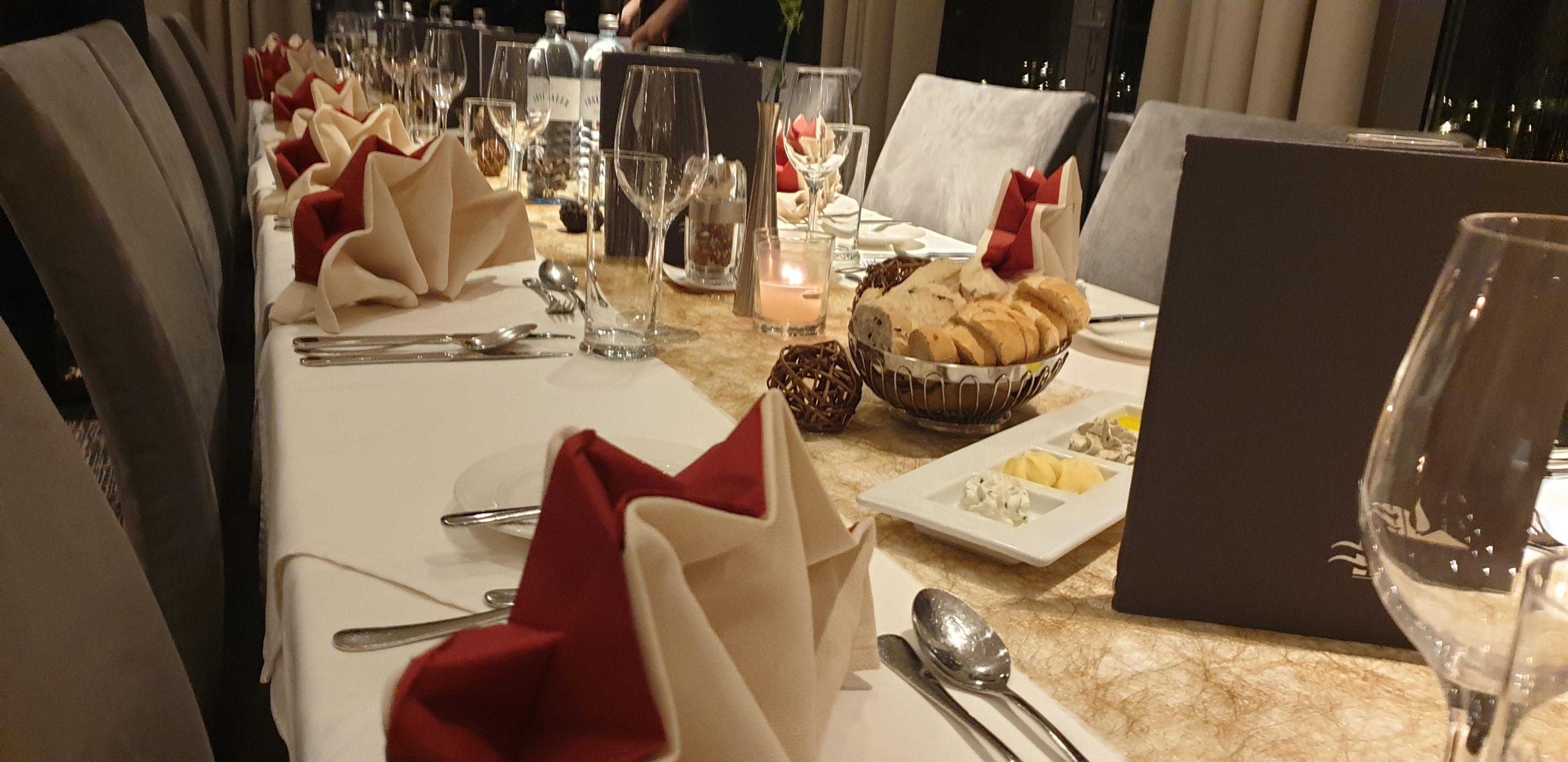 Weihnachtsfeier - gedeckter Tisch