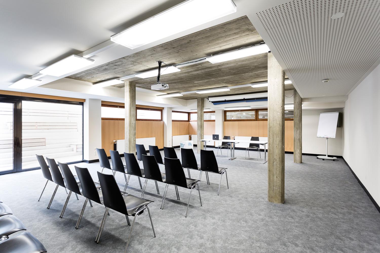 AULA x space-Unsere modernen Seminarräume und Meeting Räume verfügen durch besonders breite Fensterfronten über eine helle, freundliche Atmosphäre und überzeugen darüber hinaus mit einer optimalen Ausstattung. Es ist für uns eine Selbstverständlichkeit, dass die gesamte Infrastruktur genützt werden kann! Drei extra Garderoben (inkl. Duschen) und großzügige Sanitärräume vervollständigen das umfangreiche Angebot. Es besteht von allen Räumlichkeiten ein direkter Zugang ins Freie. Der großzügige Garten, welcher zum Schloss Eggenberg gerichtet ist, kann ebenfalls genutzt werden