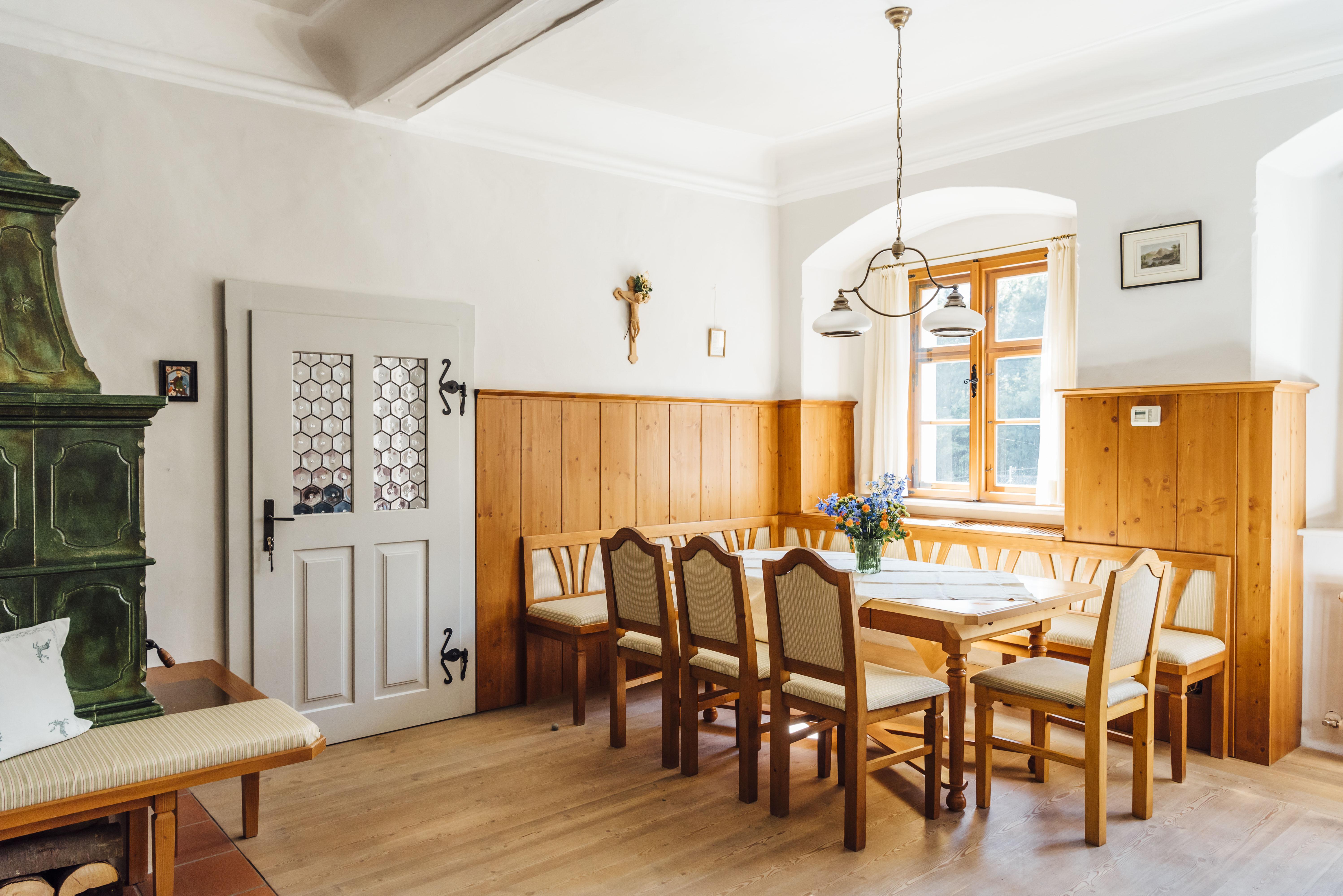 Symposion Hotel Post am See - Veranstaltungshalbinsel Traunkirchen-Die 400 Jahre alten Räume sind zeitgemäß adaptiert und verfügen über zwei Klosterzellen (Doppelzimmer), eine voll ausgestattete Küche, ein Ess-/Wohnzimmer sowie ein Extrazimmer mit großen Besprechungstisch. Ideal für Intensivklausuren und Treffen die einen besonderen Rahmen verlangen.