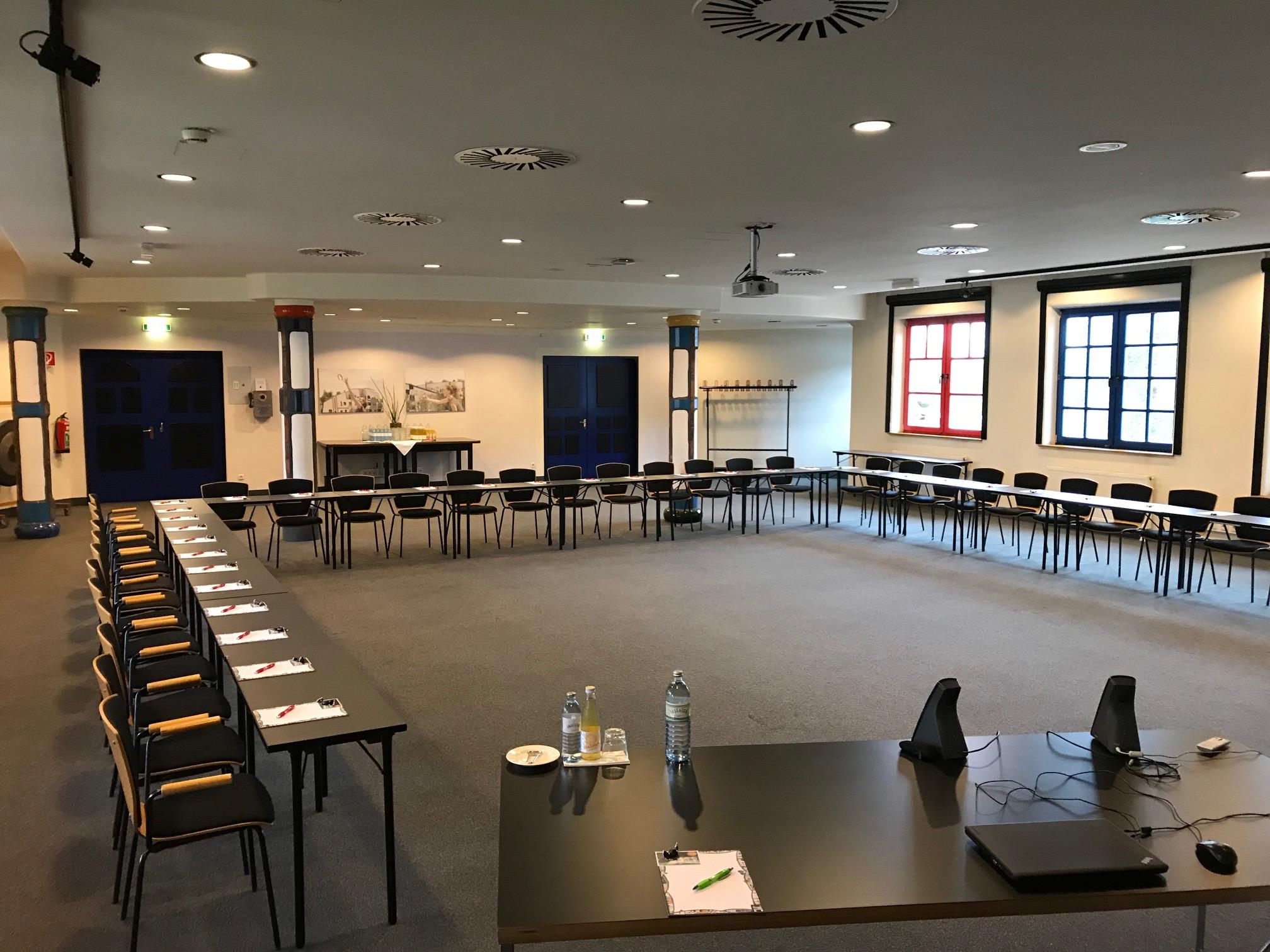 Rogner Bad Blumau-Seminarraum Dunkelbunt