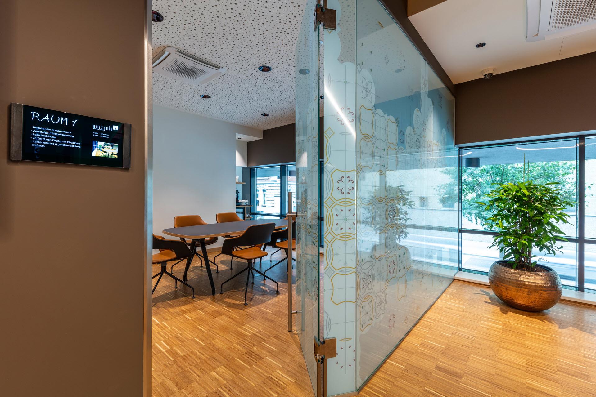 Hotel Zeitgeist Vienna Hauptbahnhof-75? Touch-Display mit 4k Auflösung schaltbare Raum-Verglasung Parkett Minibar Kaffeemaschine