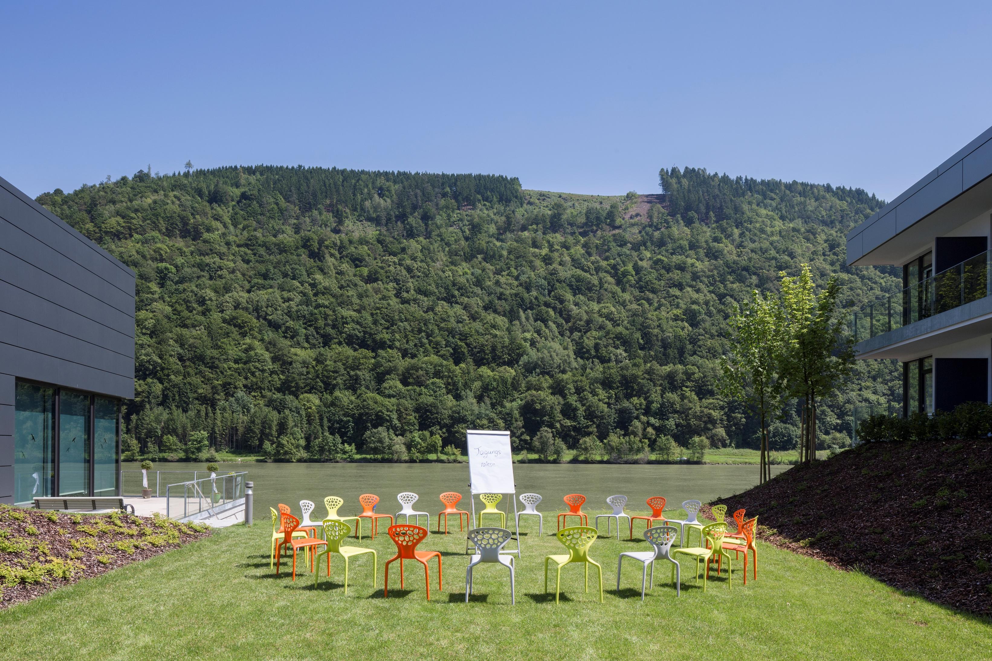 Wesenufer Hotel & Seminarkultur an der Donau - pro mente OÖ-Die Lage im Grünen bietet zahlreiche Outdoormöglichkeiten und Plätze zum Arbeiten in der Natur - z.B. auf unserer
