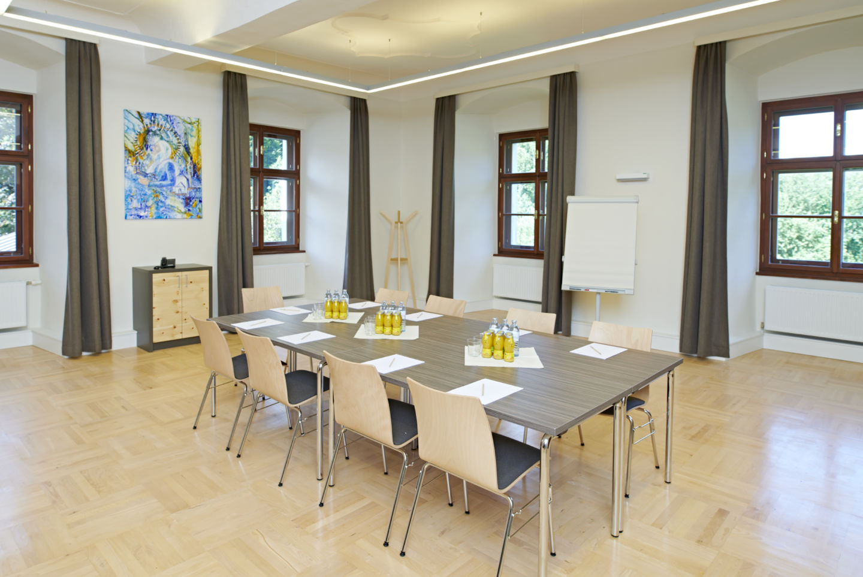 JUFA Hotel Stift Gurk-Sie sehen einen gut ausgestatteten Seminarraum mit Seminargetränken im JUFA Hotel Stift Gurk. Der Ort für erfolgreiche und kreative Seminare in abwechslungsreichen Regionen.