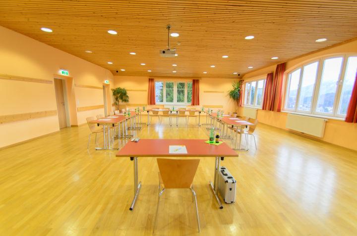 JUFA Hotel Bad Aussee-Frontalansicht des gut ausgestatteten Seminarraumes mit tollem Ausblick im JUFA Hotel Bad Aussee.